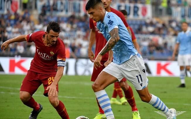 O meia-atacante argentino Joaquin Correa que atua na Lazio em lance da partida contra a Roma
