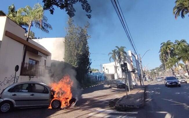 Carro pega fogo na Avenida Brasil, em Americana