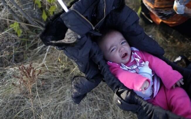 Segundo relatos de refugiados, muitos bebês morrem durante a travessia para chegar à Europa
