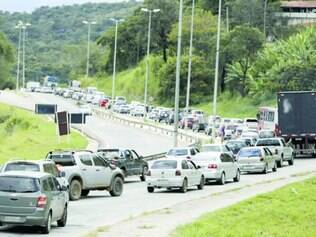 Paciência. Na BR–381, mesmo sem registro de acidentes, a fila de veículos chegou a 16 km de extensão ontem