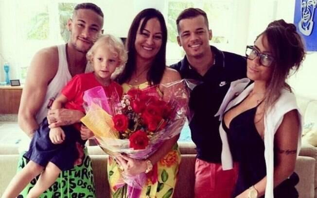 Neymar com a família reunida no Dia Internacional das Mulheres