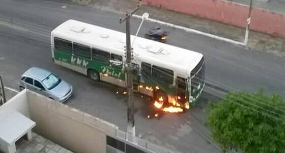 Criminosos ateiam fogo a ônibus; 13 foram presos