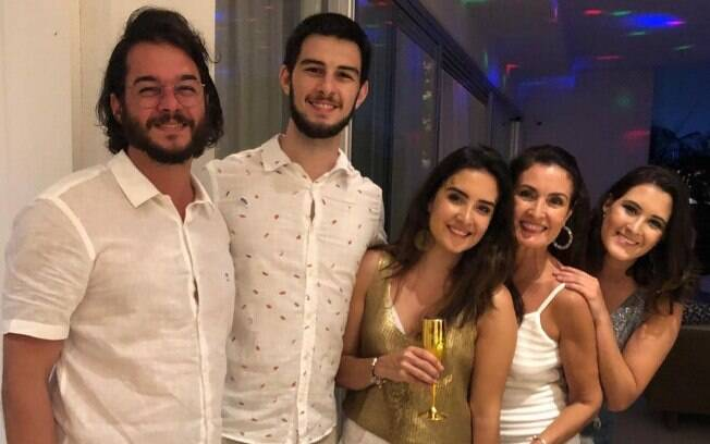 Fátima Bernardes com os filhos e Túlio Gadelha