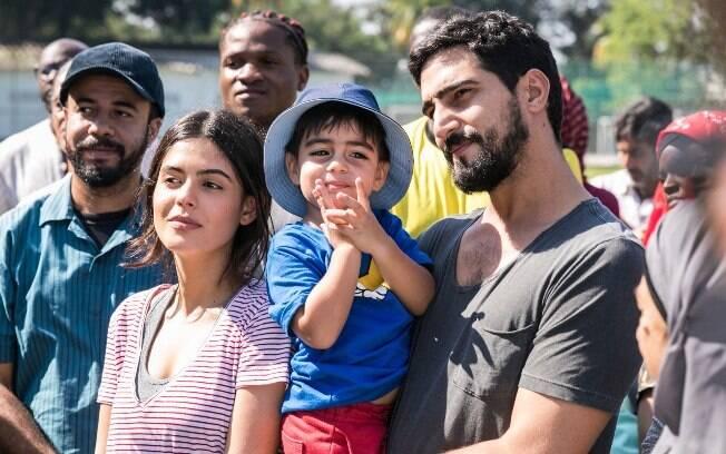 Laila (Julia Dalavia), Raduan e Jamil (Renato Góes)