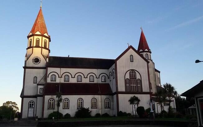 Parada com o Nissan X-Trail na Igreja de madeira de Puerto Varas, que mostra traços da colonização alemã
