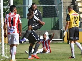 Jobson comemora com Bill o primeiro gol do Botafogo diante do Bangu, em Xerém