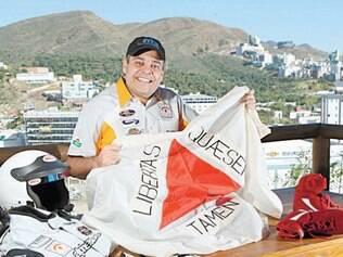Marco Túlio Lana carrega no carro uma bandeira de Minas Gerais