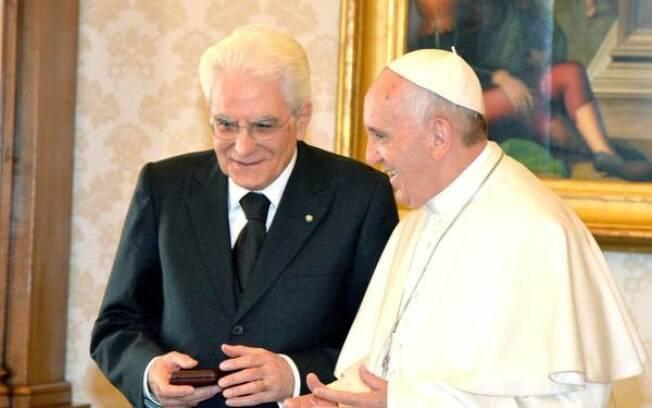 Papa (à direita) em reunião com o presidente italiano: