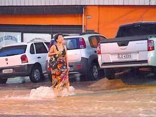 Pedestres se arriscaram para cruzar a avenida Amazonas durante o temporal