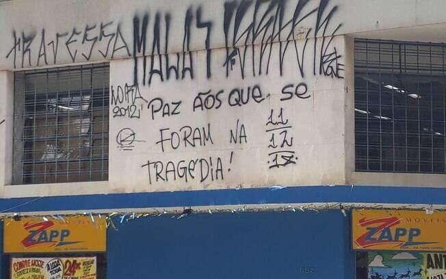 Pichação em loja ao lado da catedral de Campinas lembra a tragédia