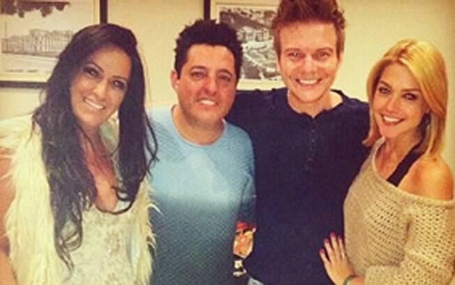 Thais Fersoza postou foto abraçada ao lado de Michel Teló e de Bruno e a esposa Marianne, nos bastidores do show