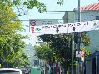 Sinalização. Faixas de pano ao longo da avenida Pedro II indicam as mudanças no trânsito da região