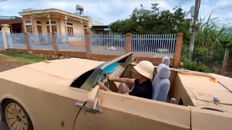 O Rolls-Royce feito de papelão e sobras foi um projeto que o artesão levou 30 dias para ficar pronto.