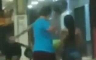 Câmeras de segurança flagram momento em que homem agride mulher com capacete