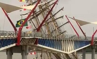 Navio da Marinha do Brasil colide com ponte no Equador