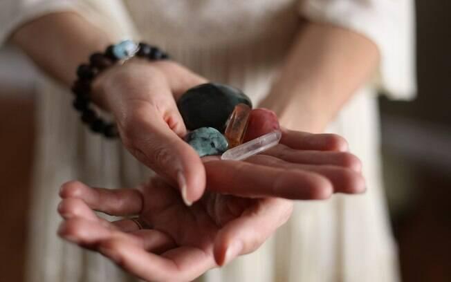 Para saber como usar cristais no dia a dia, é preciso programar a pedra preciosa de acordo com o objetivo que você busca