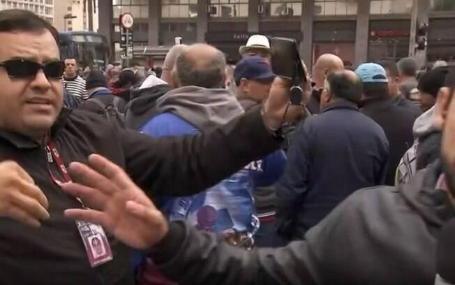Romeu Neto e manifestante durante transmissão ao vivo do
