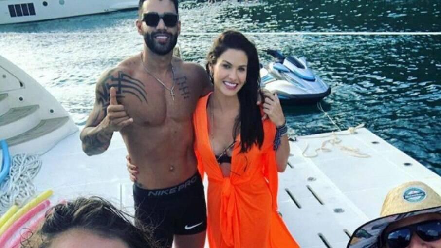 Gusttavo Lima e a modelo Andressa Suita juntos em Angra dos Reis (RJ) neste domingo, 17