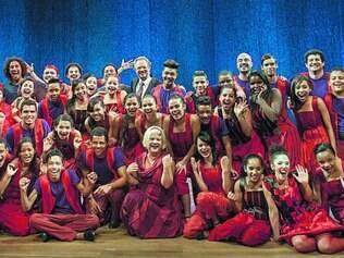 Harmonia.  Integrantes do grupo Ponto de Partida e 28 alunos do programa Árvore da Vida comemoram o sucesso no palco