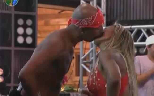 Dinei e Valesca Popozuda se beijam finalmente