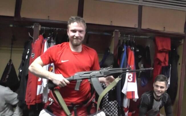 Jogadores de time de hóquei da Rússia recebem um fuzil AK-47 de prêmio