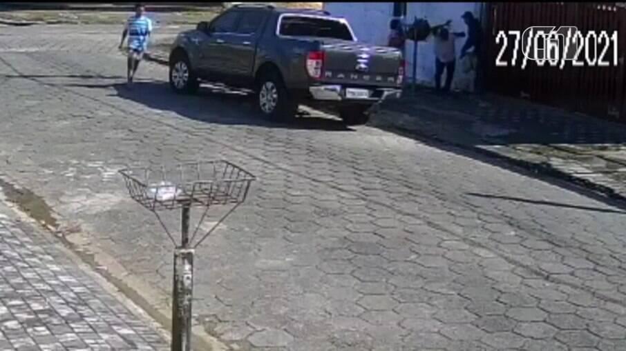 Câmera flagra agressão a idosos durante assalto no litoral de SP