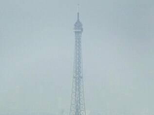 Neblina. Nível de poluição na cidade de Paris é o mais alto desde 2007 e pode ser visto a olho nu