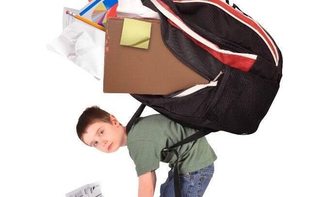 Cuidado com a mochila nas costas: para evitar problemas na viagem de avião, coloque-a na frente do corpo