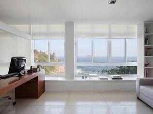 O recuo na janela do escritório é mais um espaço confortável a ser usado pelos moradores