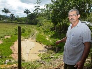 Seu Odilon Machado, morador da Comunidade Mãe d'água em São Domingos do Prata teve nascentes de água da sua propriedade destruídas além dos inconvenientes causados pela obra que passa em sua propriedade. Foto: Mariela Guimarães