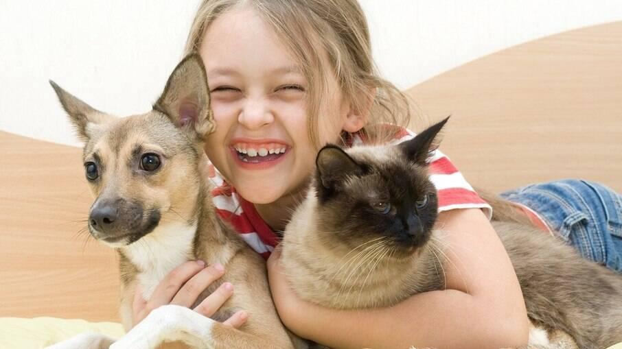 A convivência de crianças com animais de estimação traz diversos benefícios