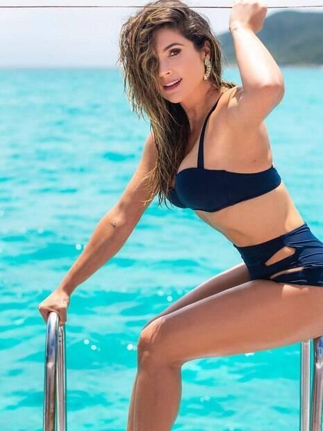 Flavia Alessandra posa sensual.