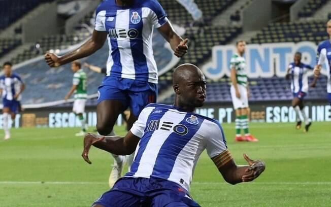 Jogador do Porto comemora gol