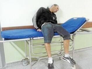 Com muitas dores, paciente aguarda por atendimento no meio do corredor