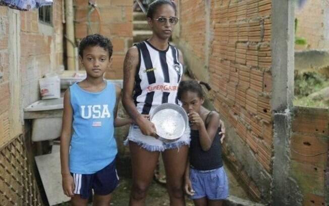 Maria Cecília, mãe solteira de dois filhos, aguarda auxílio emergencial de R$ 1.200
