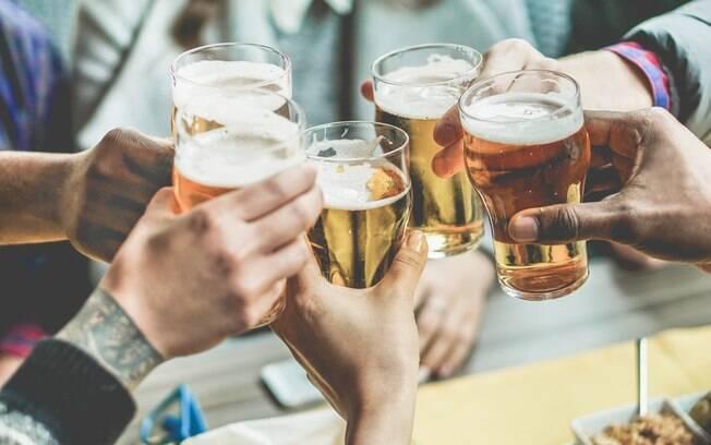 Segundo a Lei Seca, motorista não pode beber sequer uma dose de álcool, ou paga multa de R$ 2.934,70 e perde CNH