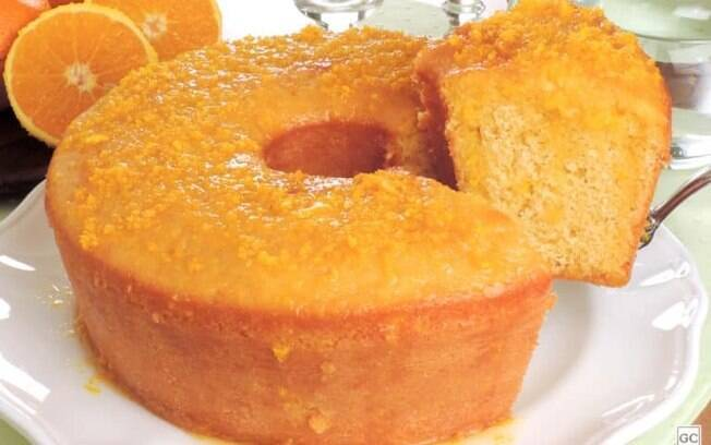 Bolo de fubá com calda de laranja para o café da tarde