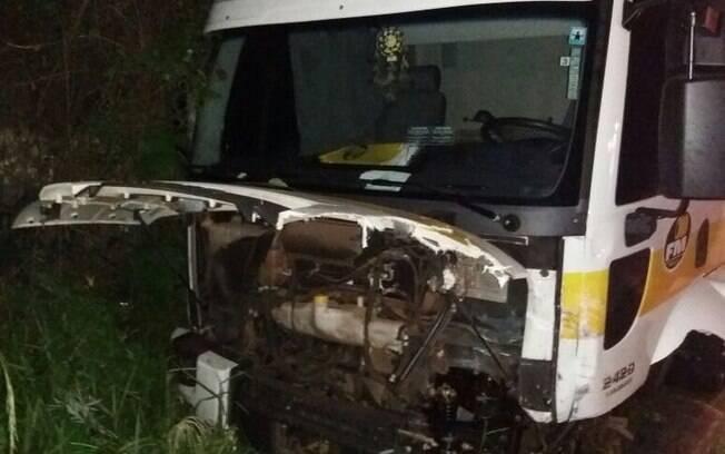 Motorista do caminhão precisou ser hospitalizado, mas passa bem