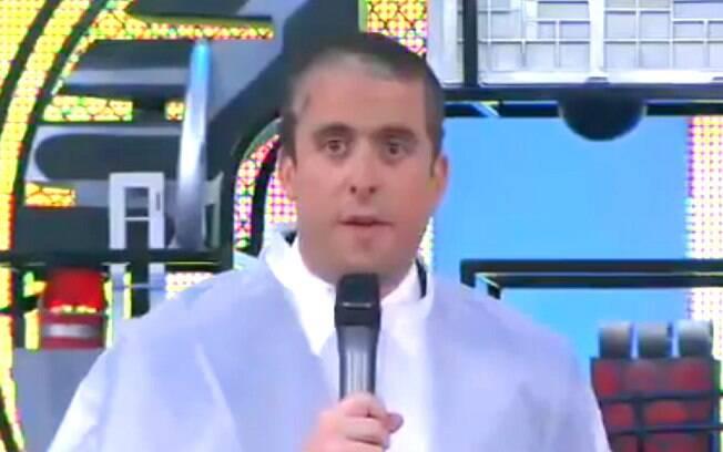 Maurício Meirelles fica careca no palco do