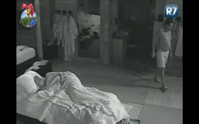 Cantor vai ao banheiro durante a madrugada