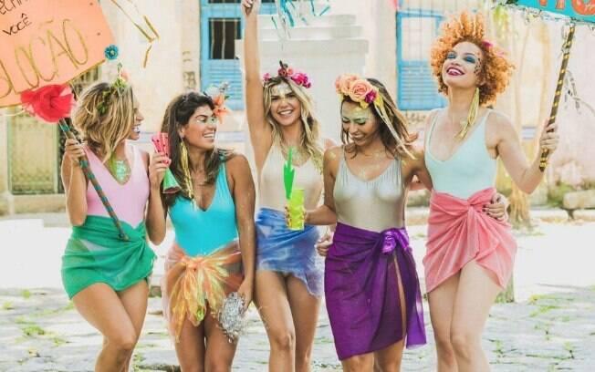 Na hora de combinar as fantasias em grupo com as amigas, vale escolher qualquer coisa e soltar a criatividade