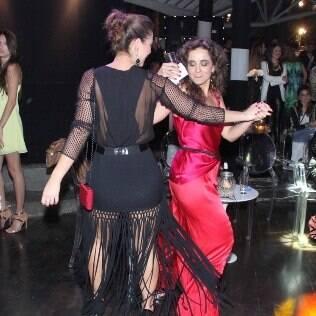 Paolla Oliveira dança em festa