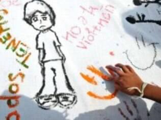 Criança faz desenhos em homenagem ao