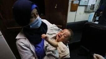 Conheça o bebê palestino que perdeu 10 parentes após bombardeios