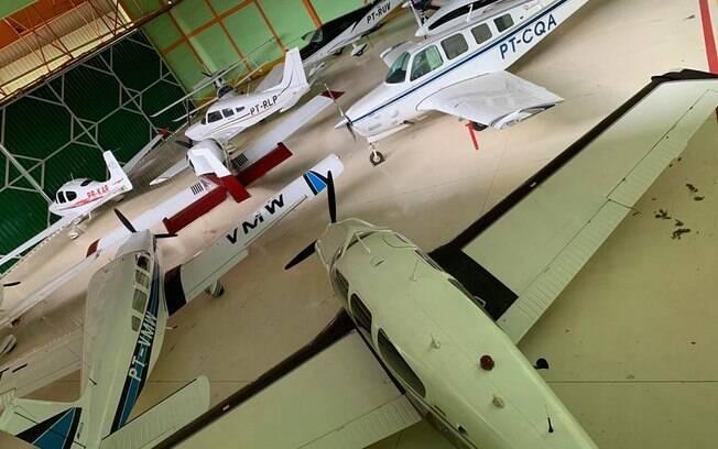Entre os materiais apreendidos pela polícia, estavam aviões