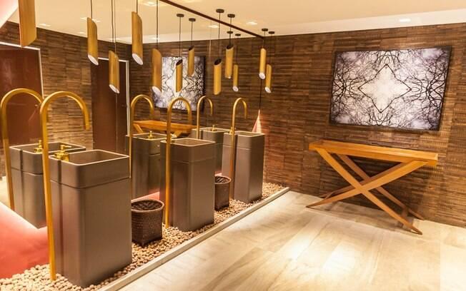 Planejado pela designer de interiores Amanda Damha, o Toilette ganhou uma paleta de cores composta por tons terrosos, que começam no vermelho e seguem até o marrom mais escuro