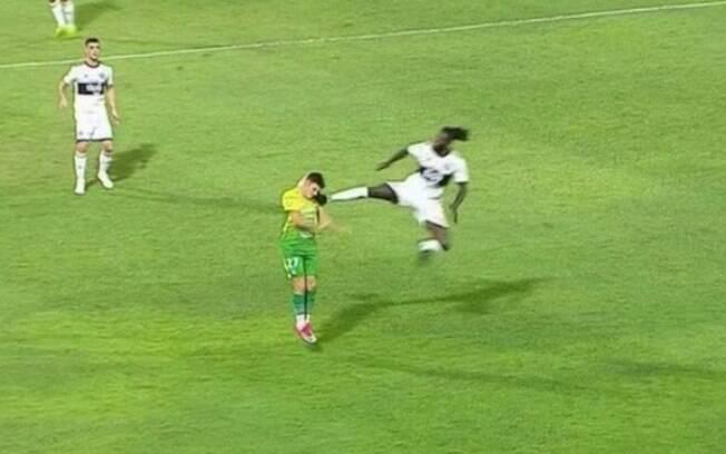Adebayor acerta voadora em rival na Libertadores