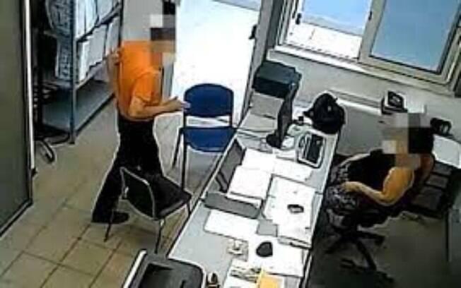 Câmeras de segurança gravaram as ações fraudulentas no departamento de cidadanias de Catânia