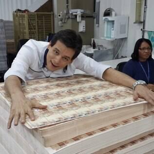 Celso Portiolli abraça pilha de dinheiro