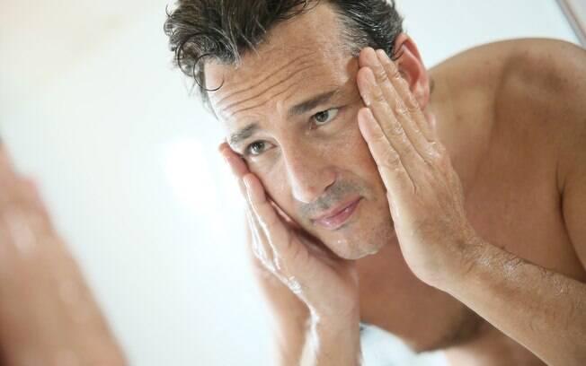 Homens têm maior número de glândulas sebáceas no rosto, o que gera maior oleosidade na pele e aumenta risco de acne